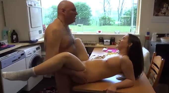Sobrina folla por primera vez con su tío