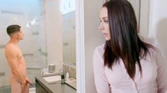 Tía se excita al ver a su sobrino en el baño