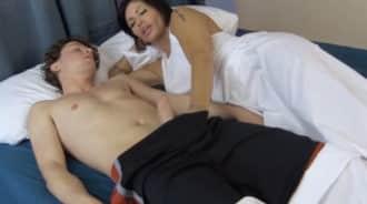 Su hijo estaba dormido, pero aun así se lo folló