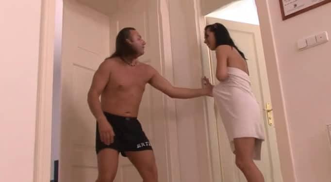 Quería follarse a su hija y le quitó la toalla