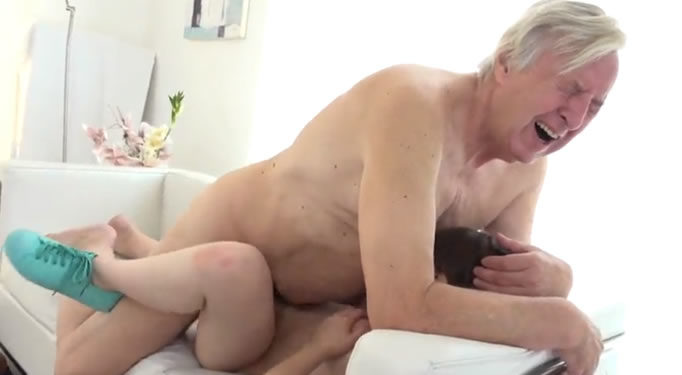 Se corrió dentro de su nieta