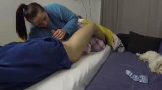 Chica española le hace una mamada a su hermano dormido