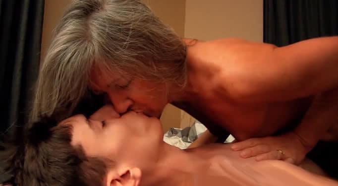 Madre se folla a su propio hijo a espaldas de su padre