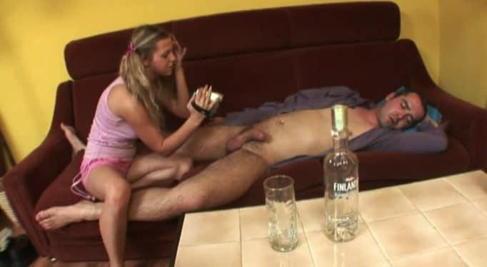 Su padre estaba dormido y borracho, ella se lo folló