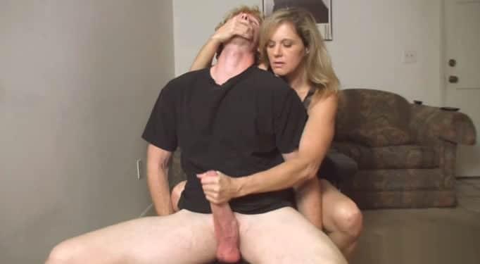 Madre pilla a su hijo pajeándose y ella le termina la paja