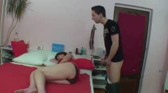 Se masturbaba mirando a su madre dormida pero…