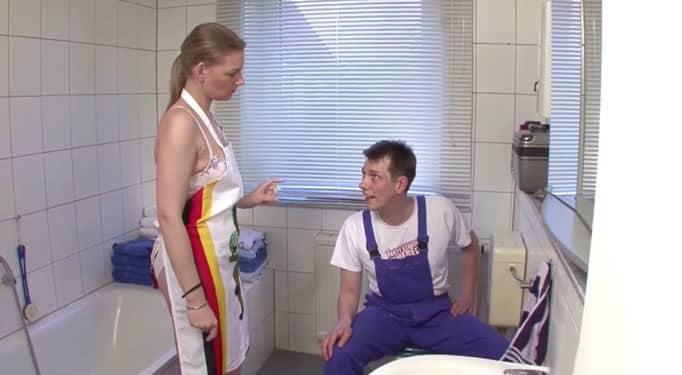 Joven alemana pone caliente a su hermano en el baño