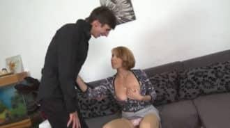 Pilla a su madre masturbándose y termina el trabajo