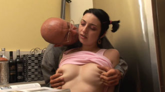 Papá sabe como poner caliente a su hija