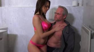 Sorprende a su padre en el baño y le hace esto