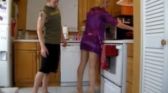 Pilla a su madre en la cocina y no puede contenerse