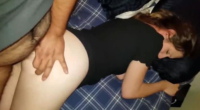 Padre se folla a la borracha de su hija