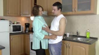 Joder mamá, siempre me pones muy cachondo