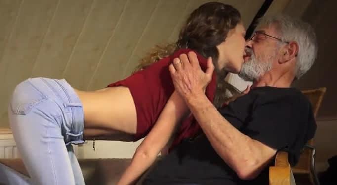 Abuelo tiene sexo con su joven nieta