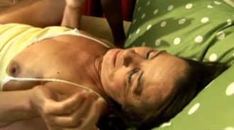 Despertando a mi madre para buscar sexo