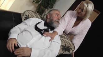 Pilla a su padre masturbándose y se pone caliente