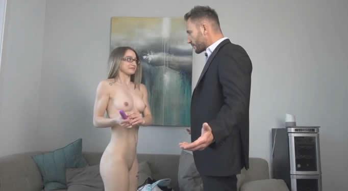 Su padrastro la pilla masturbándose y…