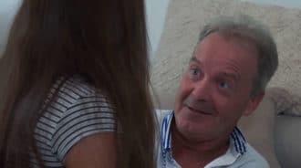 ¿No vas a darle un beso a tu padre?